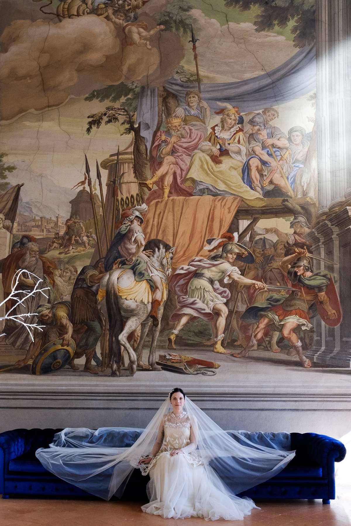 Ritratto di sposa nel salone con affreschi di Revenge Atelier a Brescia