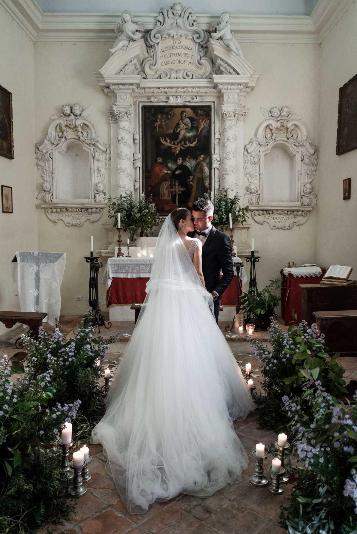 Coppia di sposi nella chiesa di Villa Schiarino Lena