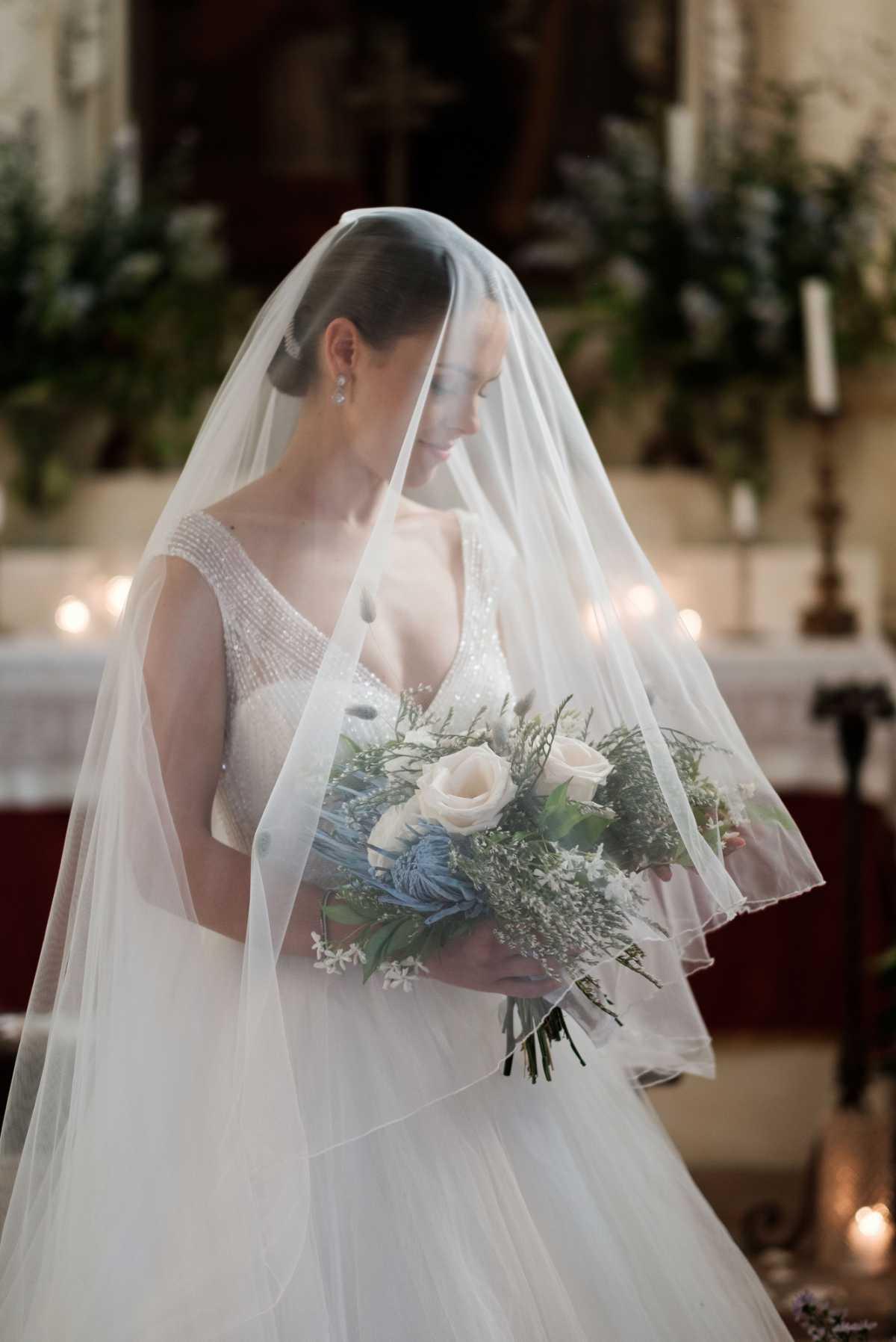Ritratto di sposa classico nella chiesa di Villa Schiarino Lena
