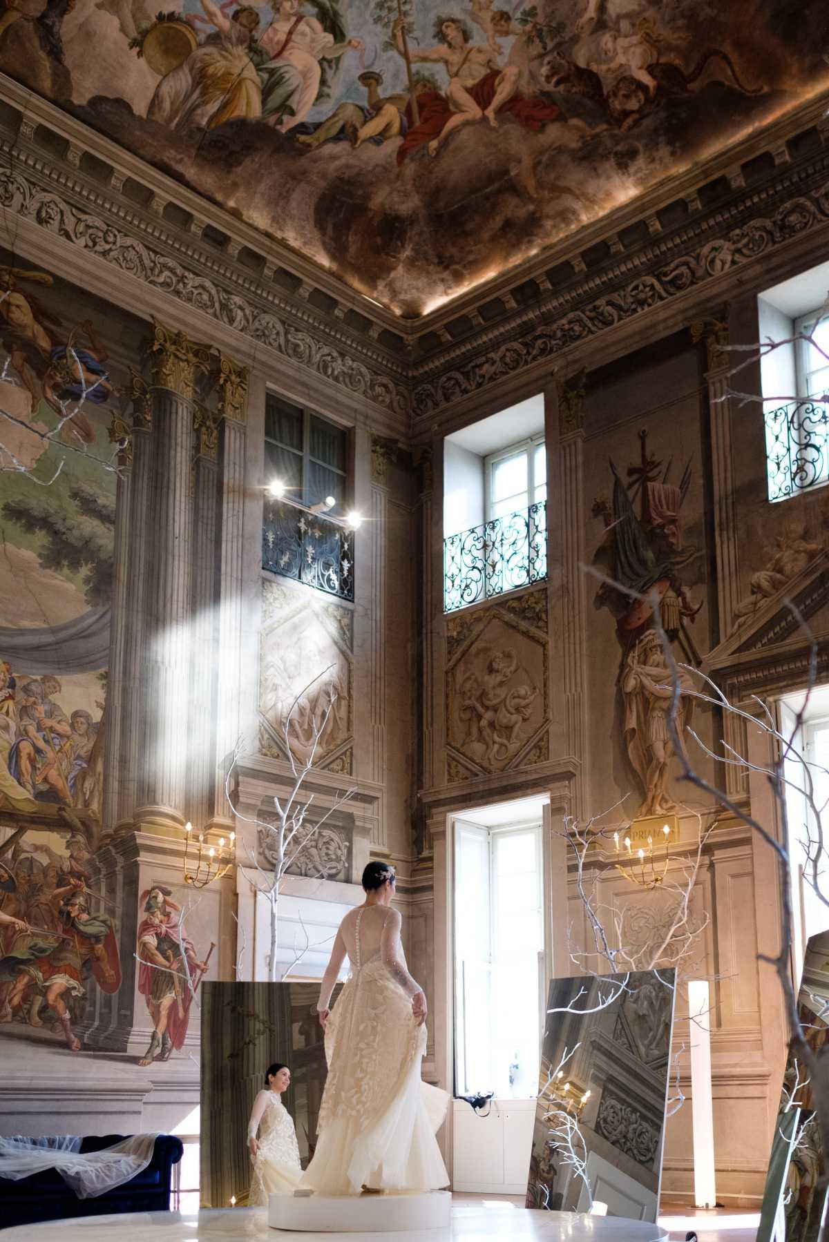 Sposa che prova il suo abito da Revenge Atelier a Brescia