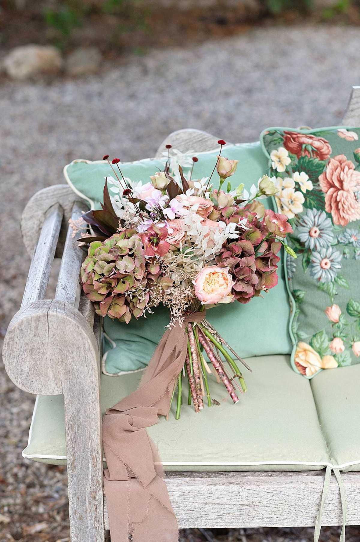 Bouquet primaverile composto da fiori delicati a Villa dei Cipressi