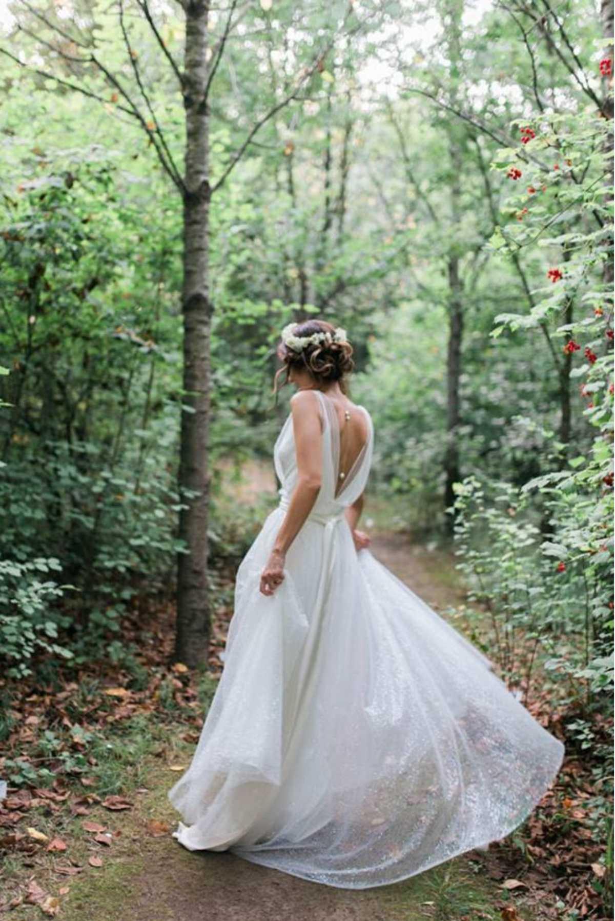 sposa nel bosco con abito svolazzante