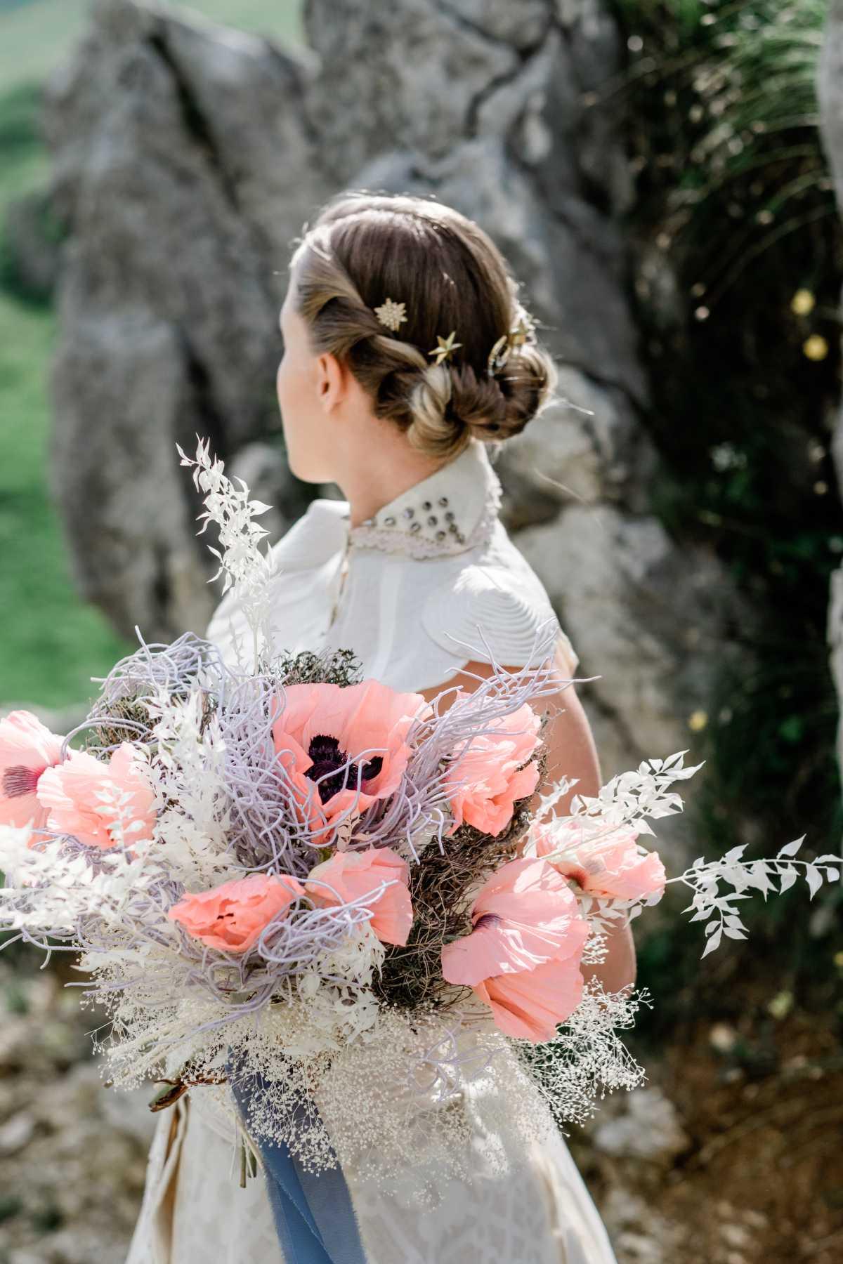 Dettaglio di acconciatura sposa con fermacapelli a stelle
