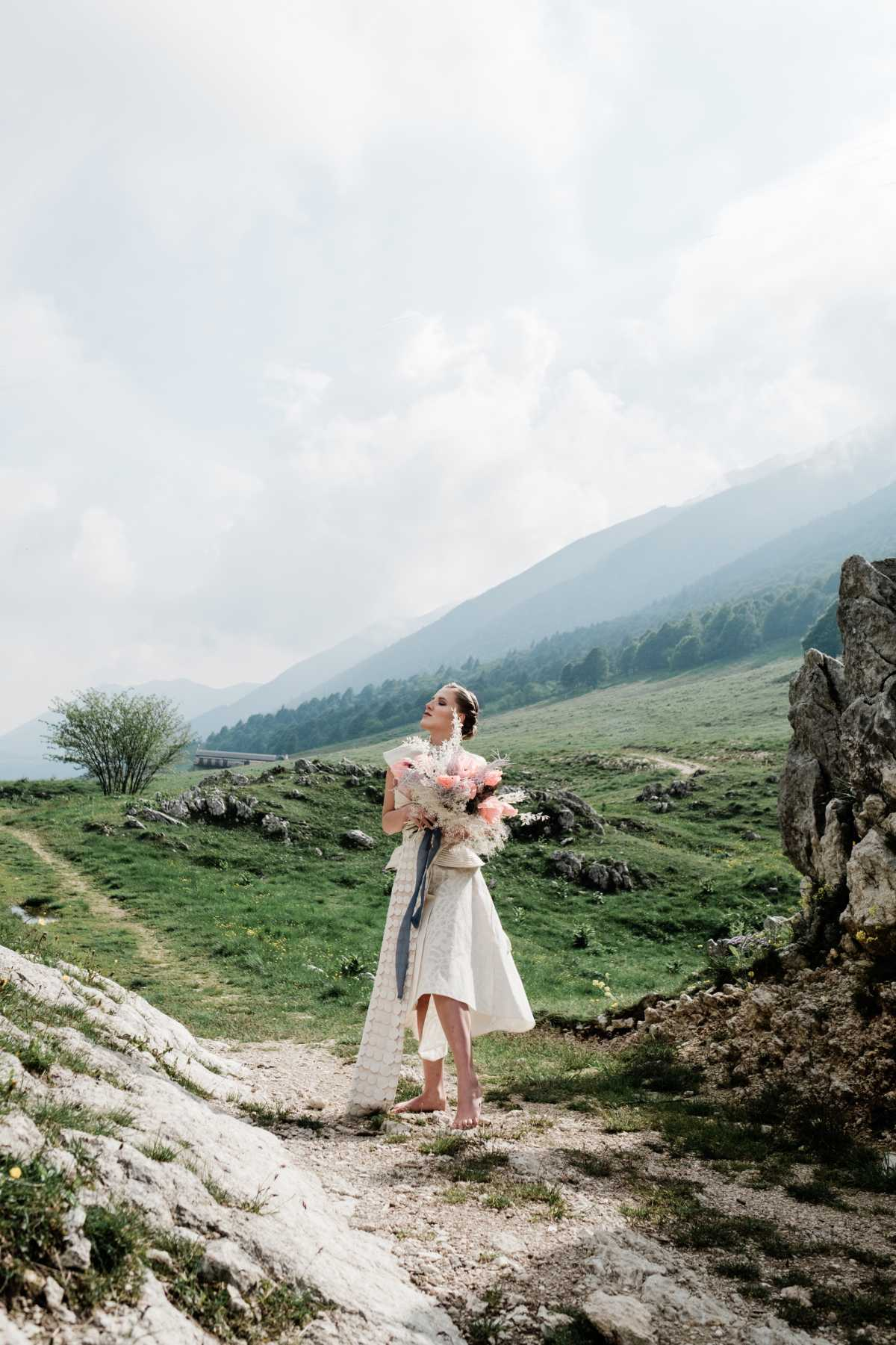 Sposa sul Monte Baldo con abito di Elisabetta Delogu