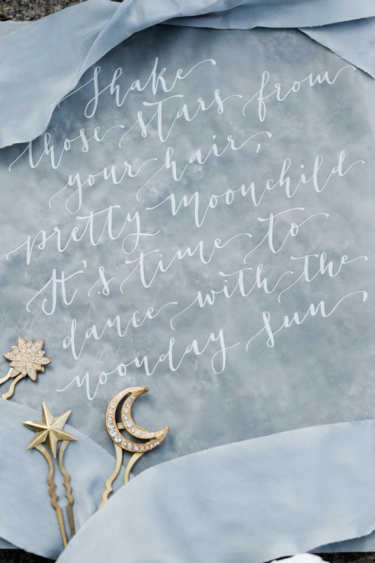 Dettagli da sposa con calligrafia a mano