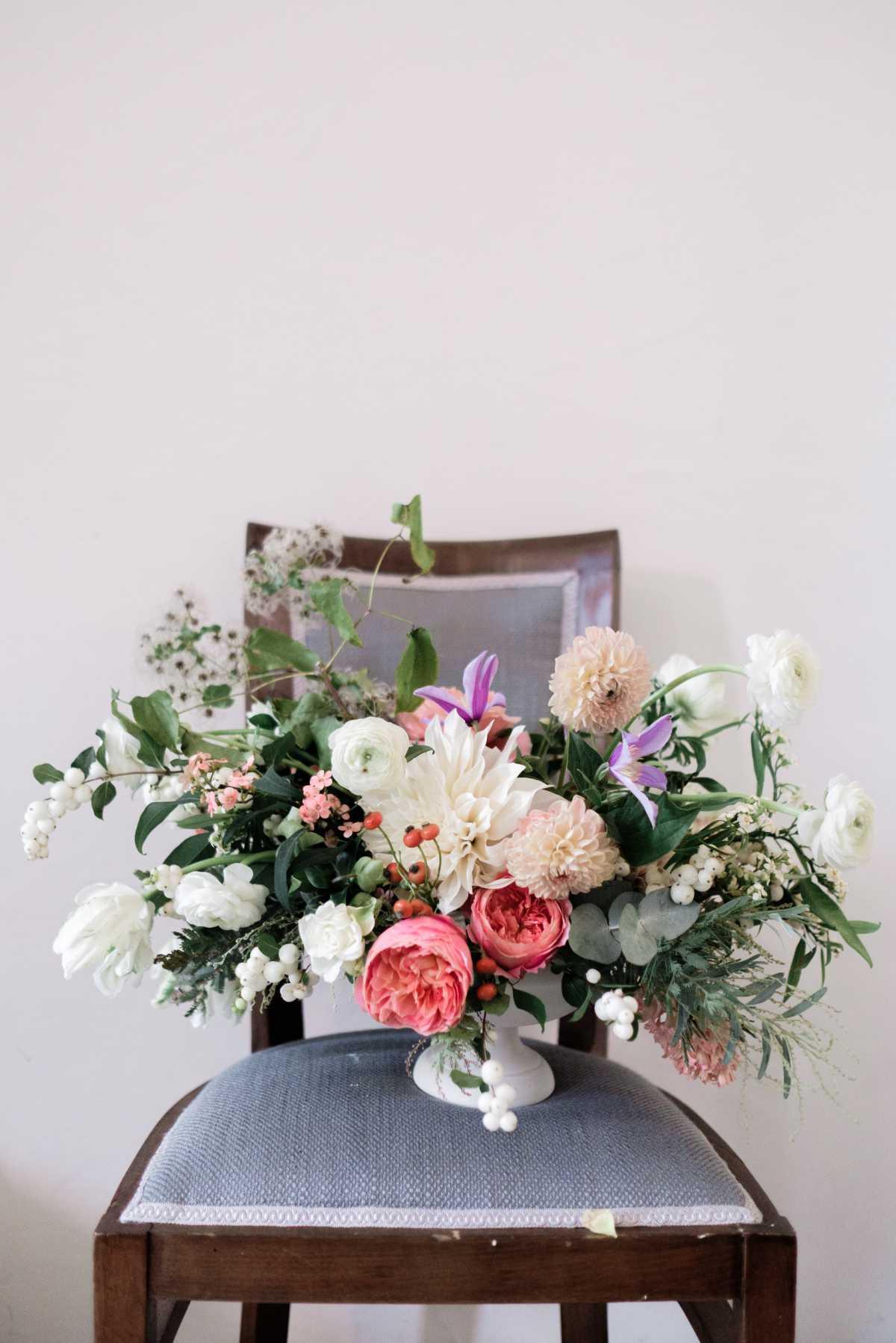 Composizione floreale su sedia al Tulipina Workshop di Portofino